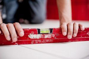 Jak układać płytki ceramiczne na podłodze w kuchni?